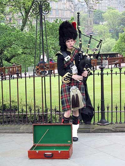 EdinburghBagpipe-7